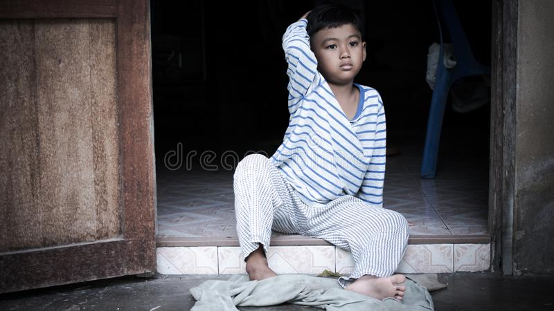 Solo triste del ragazzo asiatico povero immagini stock