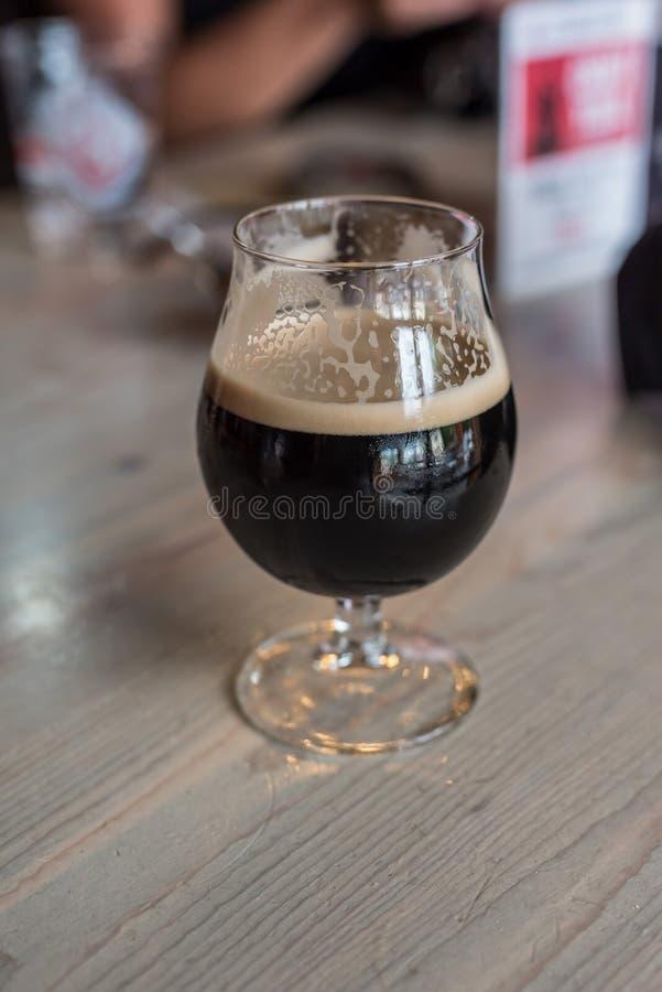 solo vidrio de cerveza valiente oscura imagenes de archivo