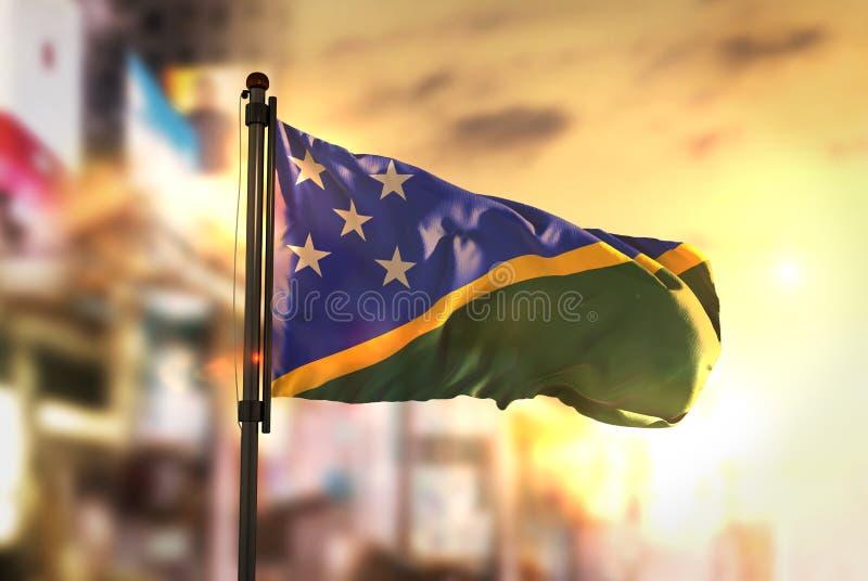 Solomon Islands Flag Against City Vage Achtergrond bij Zonsopgang royalty-vrije stock afbeeldingen
