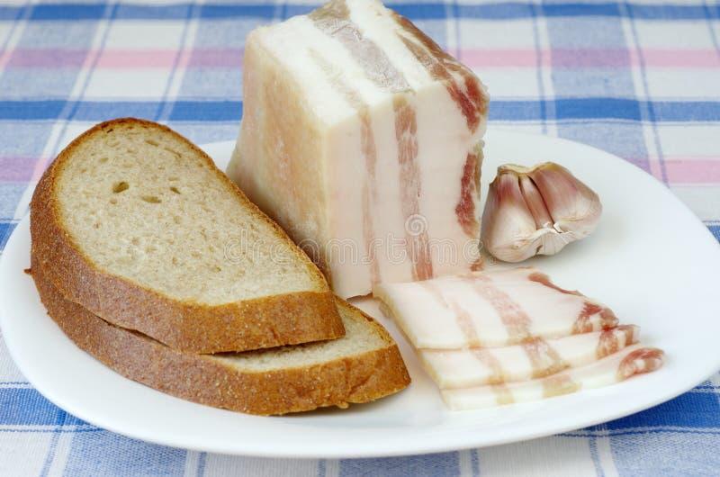 Solony bekon z czosnkiem i czarnym chlebem zdjęcie royalty free