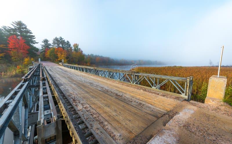 Solos acero del carril y puente de la madera sobre Corry Lake imagen de archivo