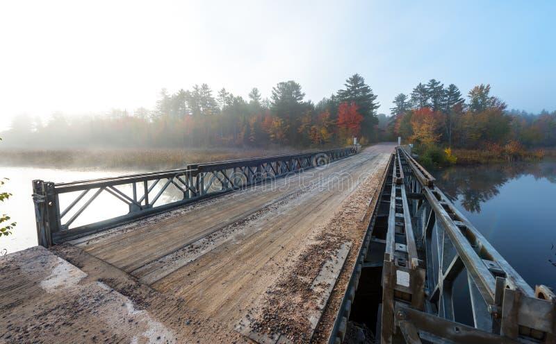 Solos acero del carril y puente de la madera sobre Corry Lake imagenes de archivo