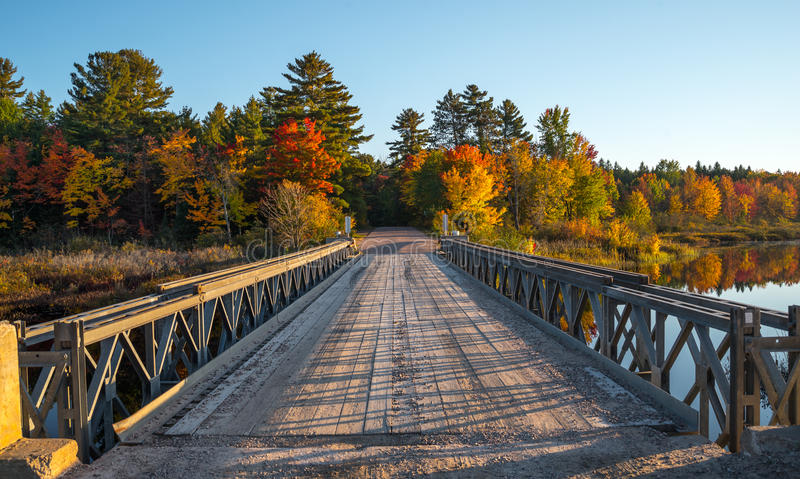 Solos acero del carril y puente de la madera sobre Cory Lake foto de archivo libre de regalías