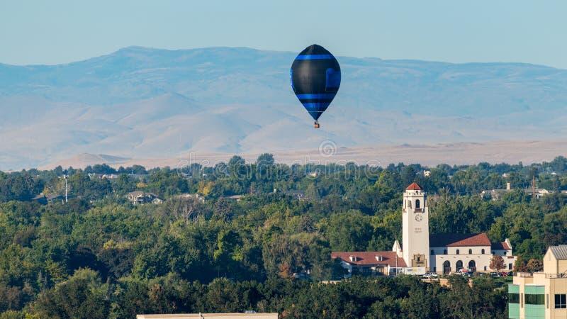 Solos flotadores del globo del aire caliente del depósito de tren en Boise Idaho foto de archivo libre de regalías