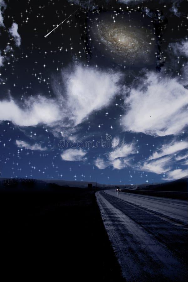 Solos recorridos de coche en el camino oscuro ilustración del vector