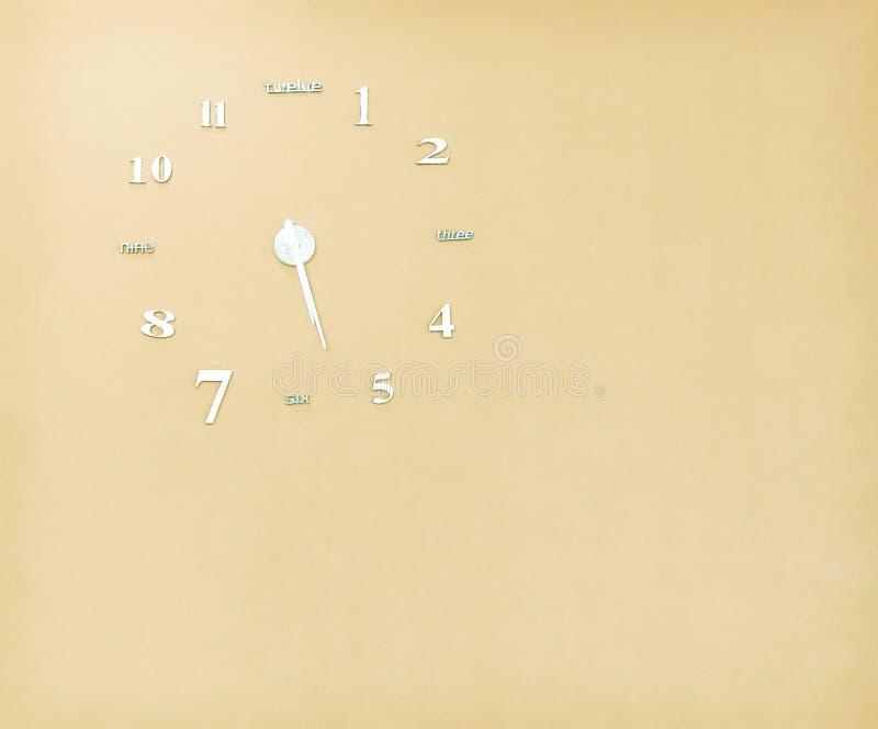 Solos viejos modelos del reloj en fondo marrón claro del muro de cemento con el espacio de la copia fotos de archivo