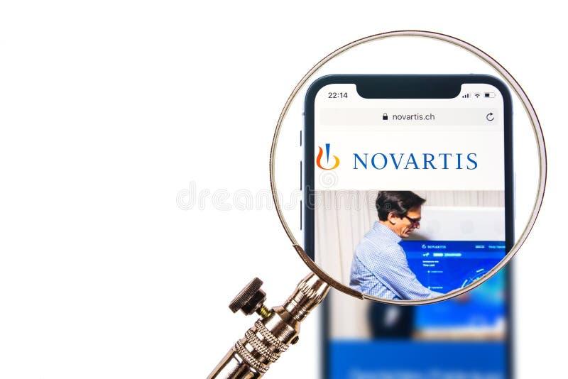 SOLOTHURN, SUIZA - 11 DE NOVIEMBRE DE 2018: Logotipo de Novartis exhibido en un smartphone moderno imágenes de archivo libres de regalías