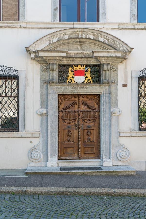 Solothurn, TAN/Suiza - 2 de junio de 2019: detalle arquitectónico de la puerta del ayuntamiento en la ciudad vieja histórica de l fotografía de archivo libre de regalías