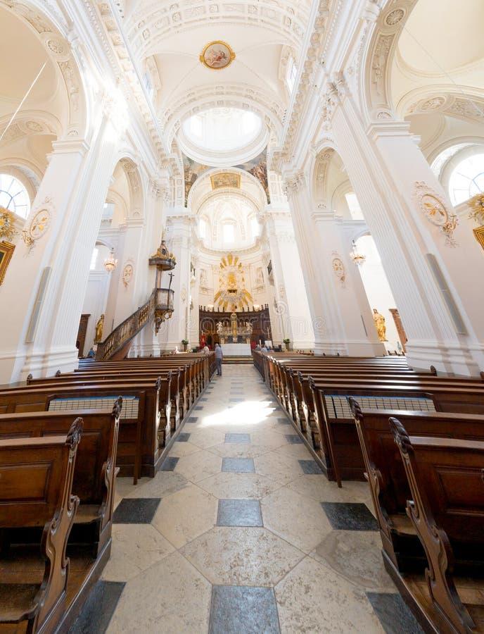 Solothurn, TAN/Suiza - 2 de junio de 2019: vista interior de la catedral histórica del St Ursen en la ciudad de Solothurn adentro imágenes de archivo libres de regalías