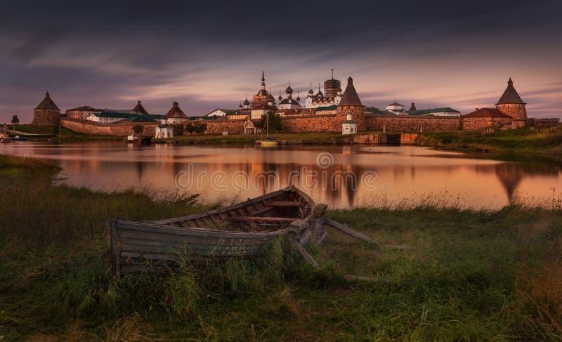 Solovki或索洛韦茨基群岛,白海最大的群岛  与老木俄国小船的经典看法在Spaso-Preobra 免版税库存照片