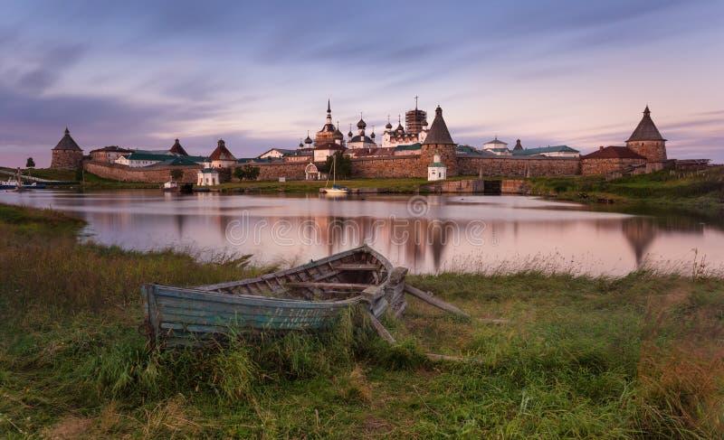 Solovki-Insel, Russland Klassische szenische Ansicht des Transfigurations-Klosters Solovetsky Spaso-Preobrazhensky und des großen stockfotografie