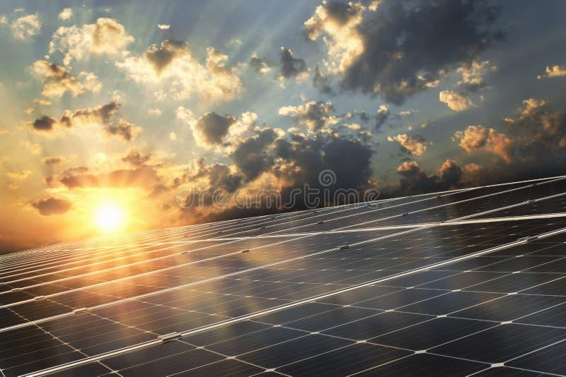 solpanel med solnedgångbakgrund ren makt för begrepp arkivbilder