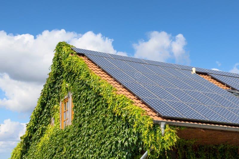 Solpanel p? ett tak av ett hus arkivfoton