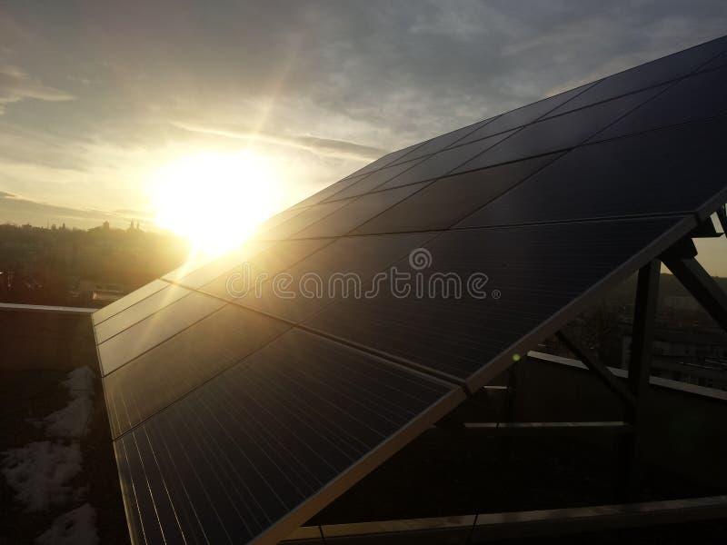 Solpanel solnedgångsikt, grön energi royaltyfri foto
