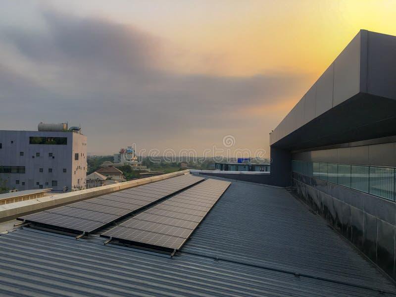 Solpanelen installerar på taket av royaltyfria foton