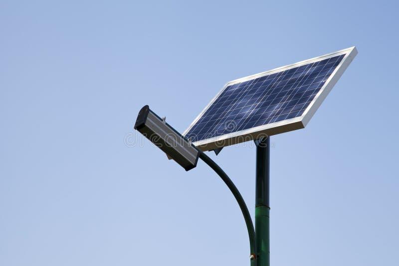 Solpanelen producerar grön energi royaltyfri fotografi
