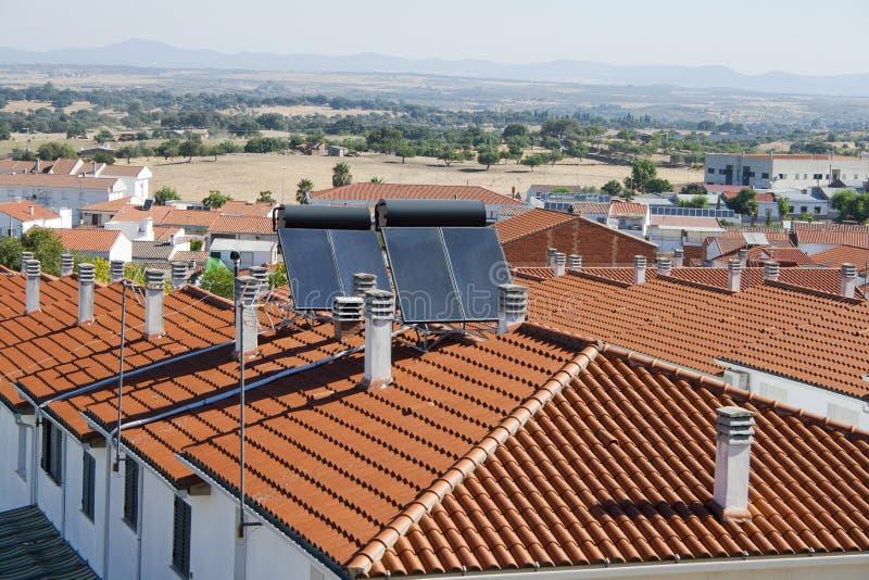 Solpaneler över ett byggnadstak arkivbild