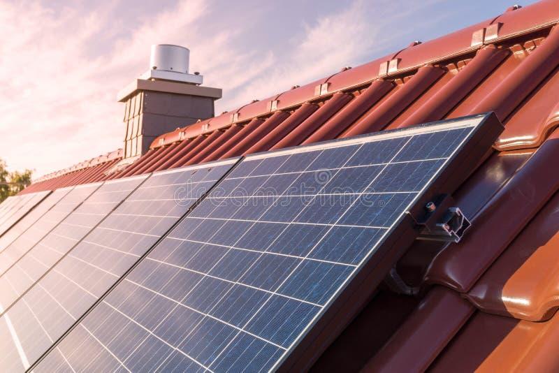 Solpaneler eller photovoltaic växt på taket av ett hus arkivbilder