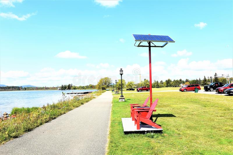Solpaneler för strandpromenad för Adirondack tuppersjö royaltyfri foto
