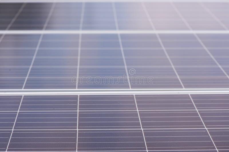 Solpaneler i den öppna luften Besparing av elektricitet ekologisk produktion av energi royaltyfria bilder