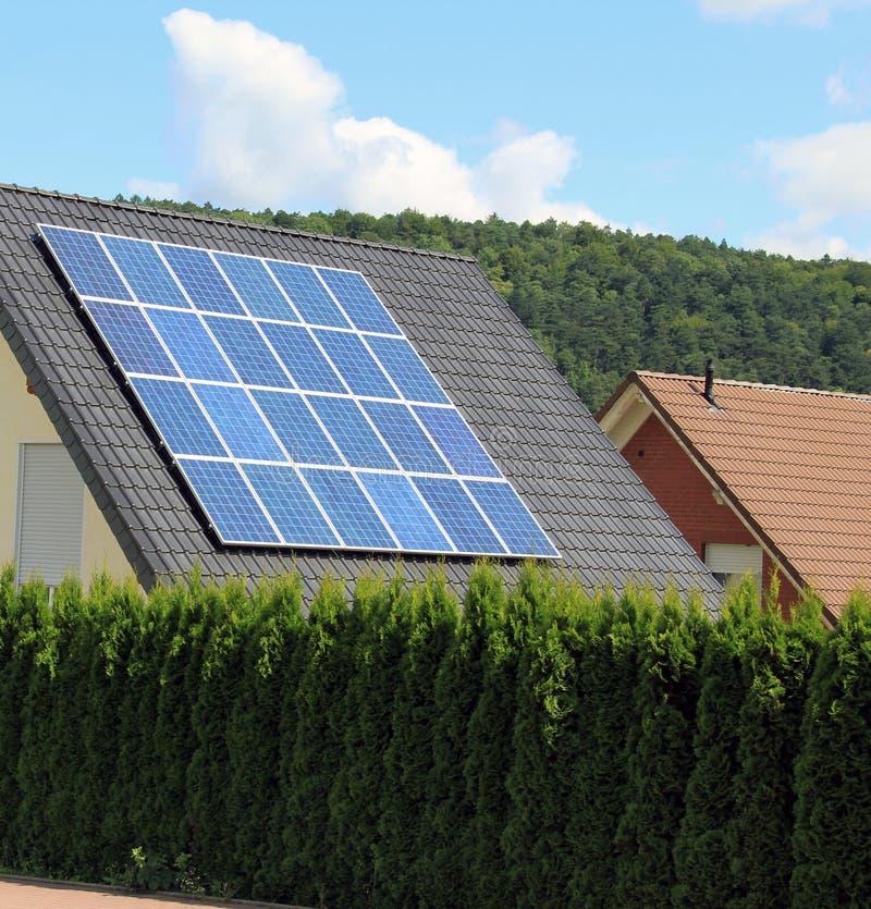 Solpaneler låter produktionen av ren energi fotografering för bildbyråer