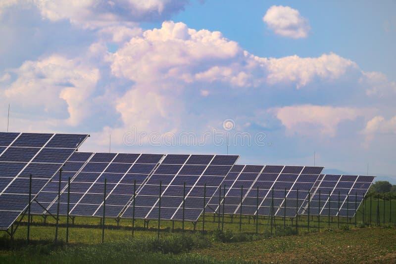 Solpaneler med den soliga himlen Blåa solpaneler, bakgrund av photovoltaic enheter för förnybara energikällor royaltyfri foto