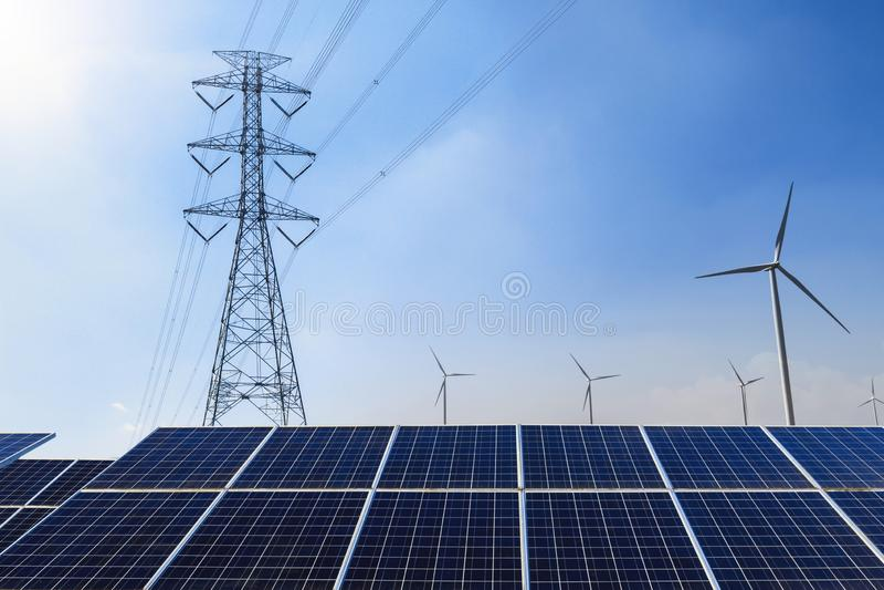 Solpaneler med ren makt för elektricitetspylon- och vindturbin arkivfoton