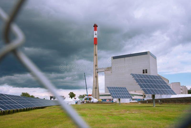 Solpaneler nära av kärnkraftverket royaltyfri bild