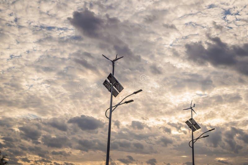 Solpaneler och vindkraft brukar, ny energibakgrund arkivfoto