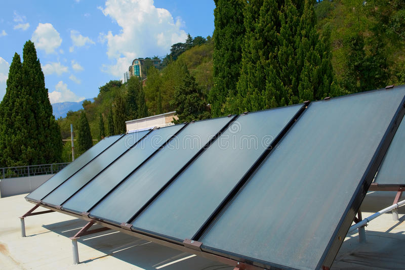 Solpaneler på taket royaltyfri fotografi