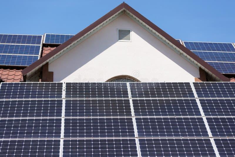 Solpaneler på taket av huset, solenergi för lantgården eller hushåll royaltyfri foto