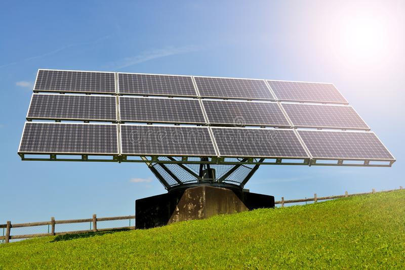Solpaneler producera elektricitet arkivfoto