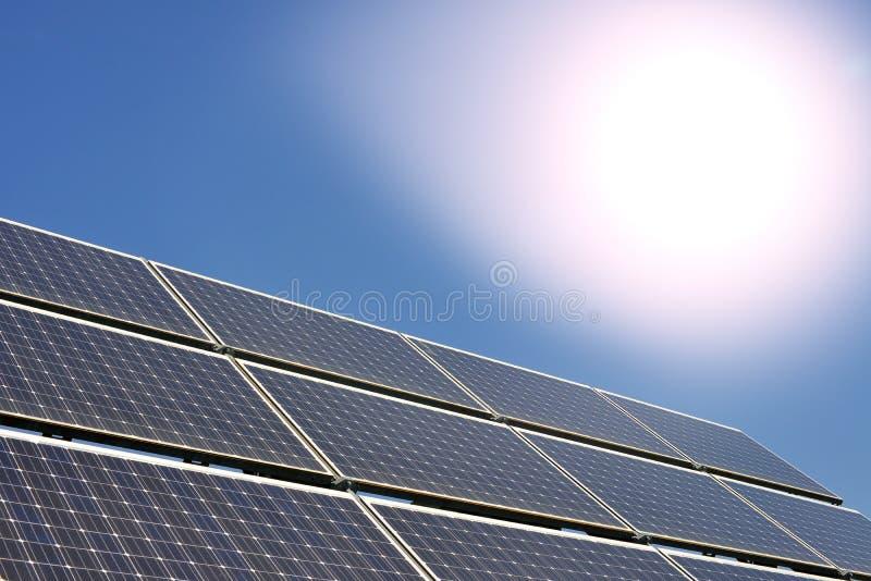 Solpaneler producera elektricitet fotografering för bildbyråer
