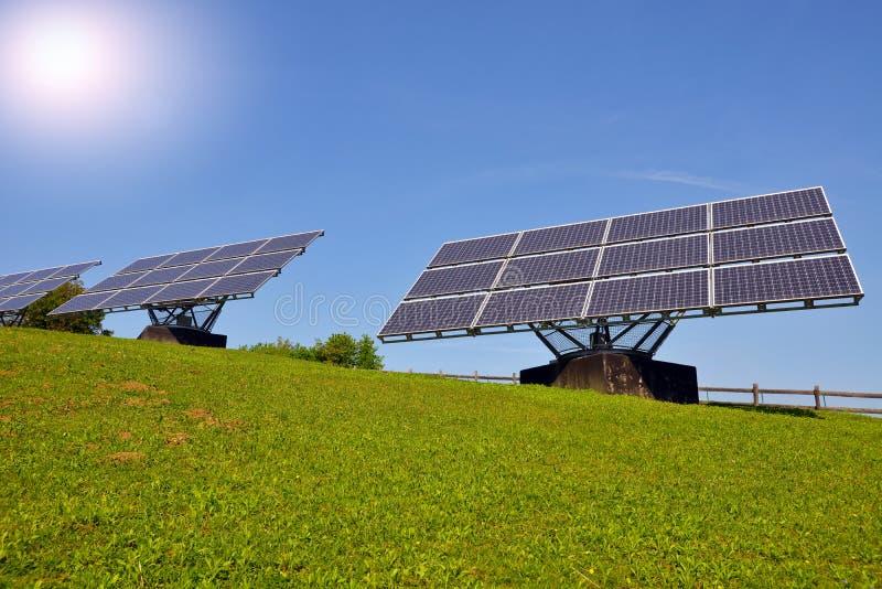 Solpaneler producera elektricitet royaltyfri foto