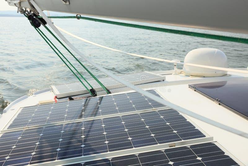 Solpaneler som laddar batterier ombord, seglar fartyget royaltyfri bild