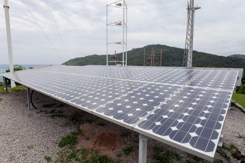 Solpaneler vindturbiner på himmelbakgrund, naturlig energi arkivfoto