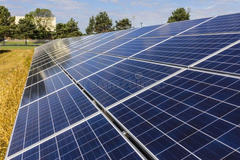 Solpanellantgård Havrefält konverteras in i gröna energiområden genom att använda Photovoltaic celler XII arkivbilder