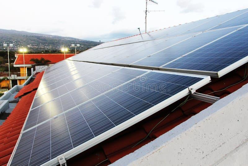 solpanelväxt på ett tak royaltyfria bilder