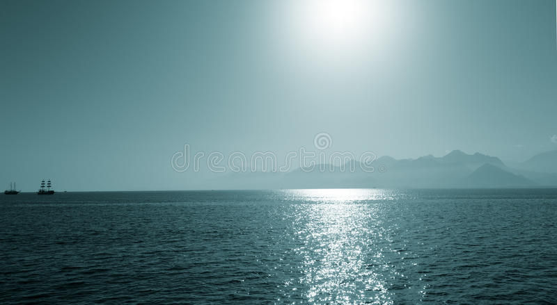 Solreflexion i havsyttersida royaltyfri foto