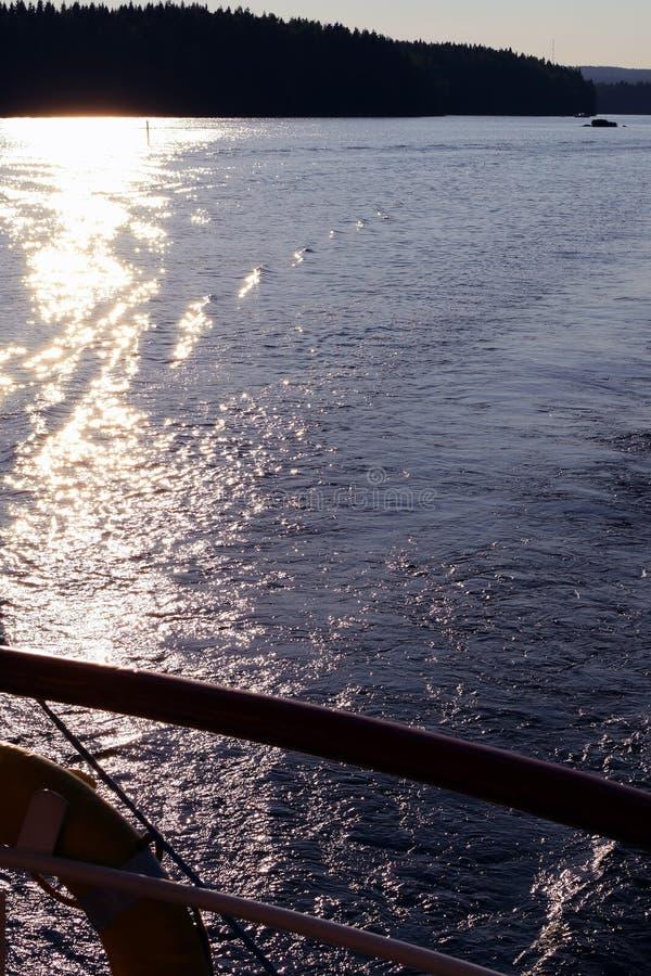 Solreflexion på sjöyttersidan royaltyfri bild