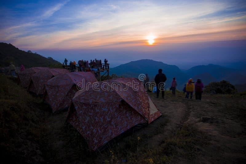 Solresninghimmel på gryning, campa tältAngkhang chiangmai mest fam royaltyfria foton