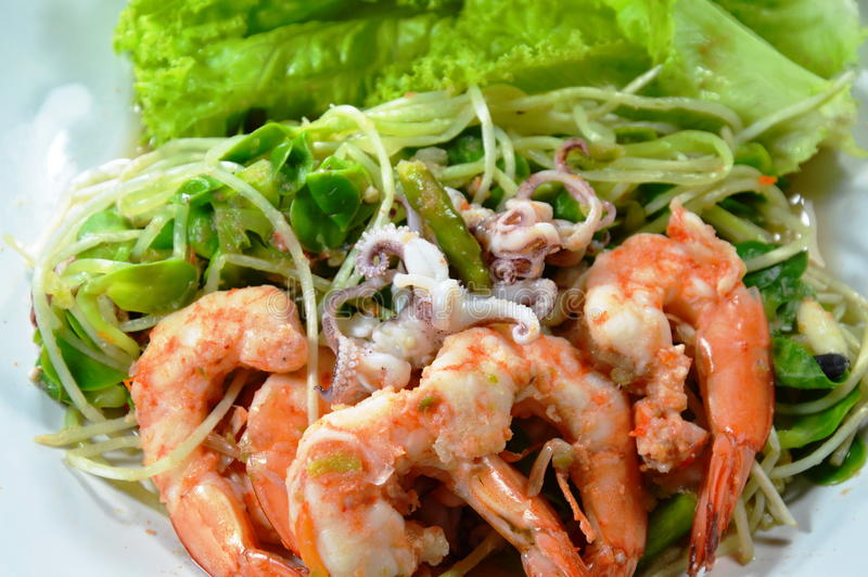 Solrosgrodd med blandad havs- kryddig sallad på maträtt royaltyfri bild