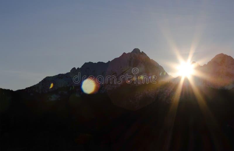 Solsken över bergen royaltyfri fotografi