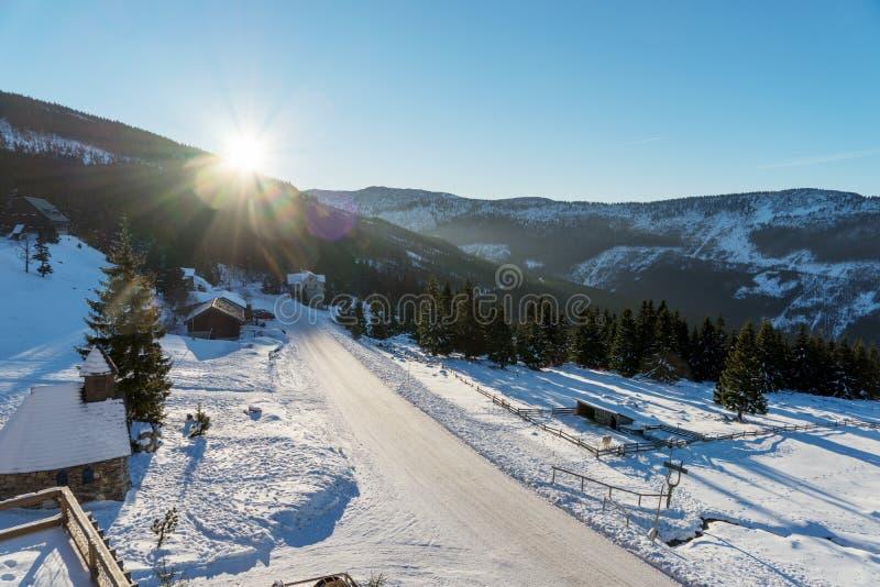 Solsken över de tjeckiska bergen royaltyfri fotografi