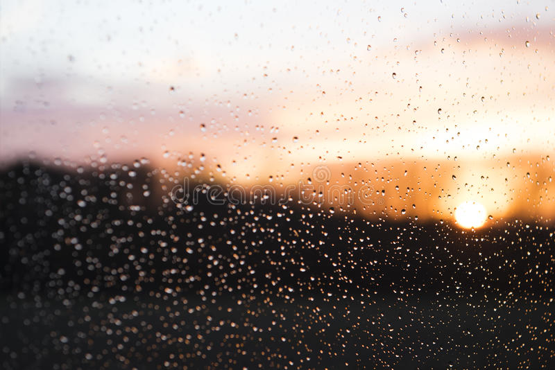 Solsken efter regn - bakgrund arkivbilder