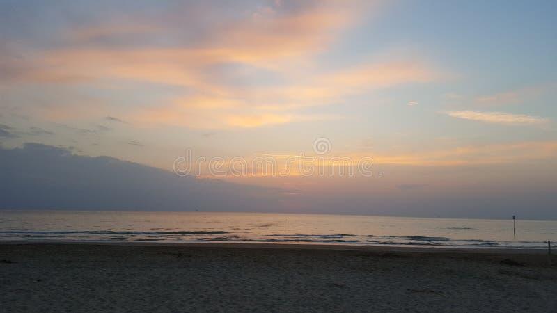 Solsken i Silvi Marina & x27; s-hav Abruzzo arkivfoton