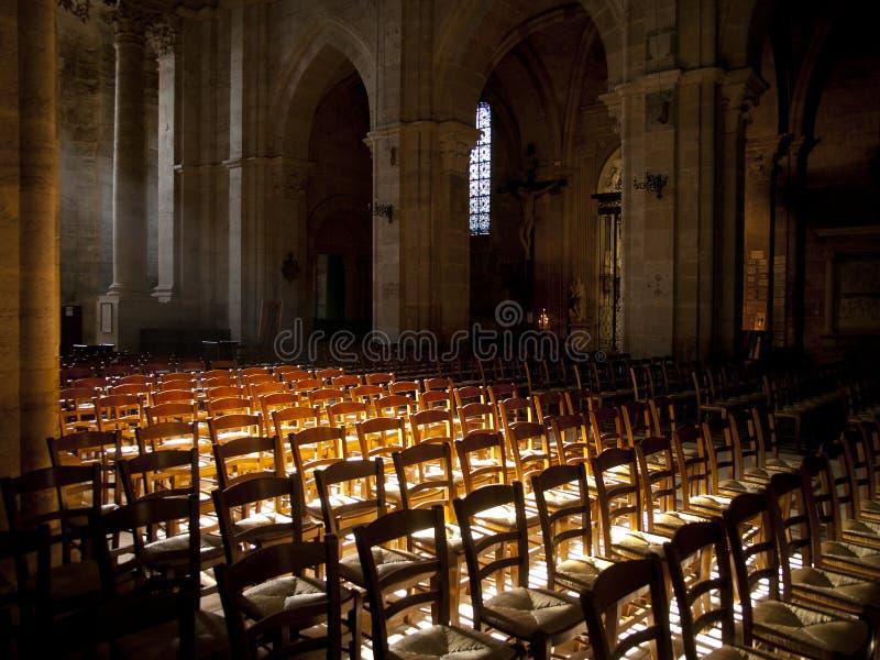 Solsken inom en kyrka royaltyfria bilder