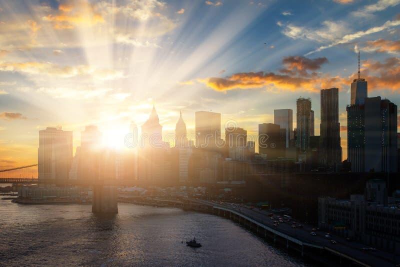 Solsken på New York City i stadens centrum Manhattan horisont arkivbilder