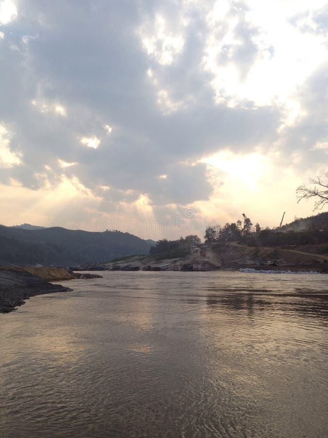 Solsken till floden på lao royaltyfri fotografi