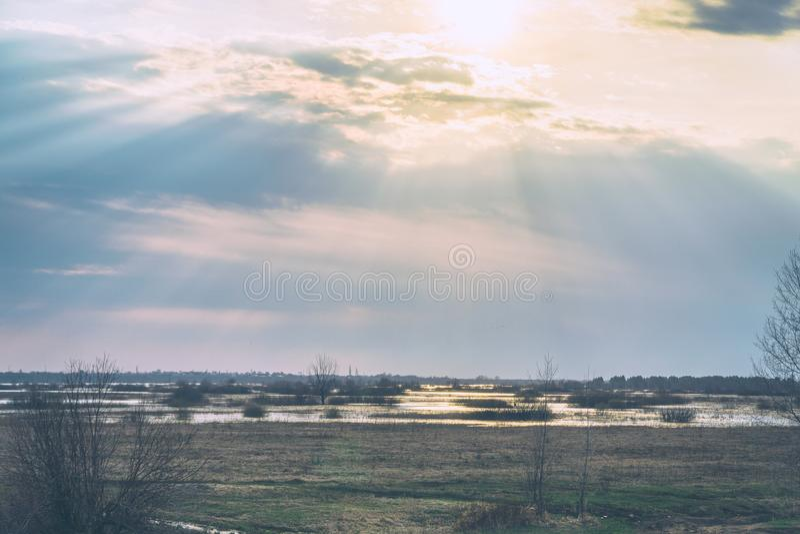 Solskenen till och med regnmolnen fotografering för bildbyråer